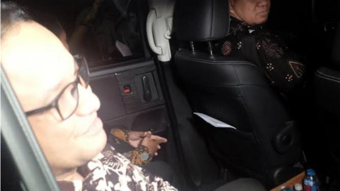 Anies Baswedan keluar dari kediaman Prabowo