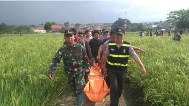 Anggota Yonif Raider 303/SSM bersama kepolisian terlibat proses evakuasi dan pencarian korban banjir bandang di Kabupaten Garut Jawa Barat, Jumat (23/9/2016)