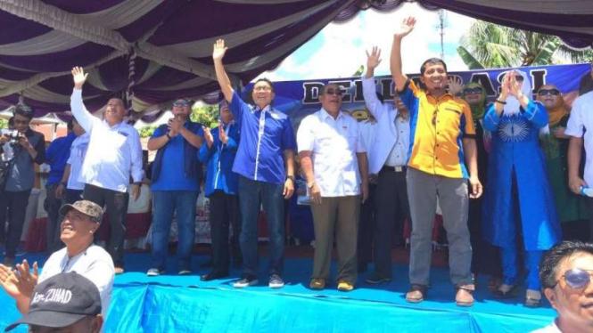 Ketua Umum PAN Zulkifli Hasan (tengah baju biru).