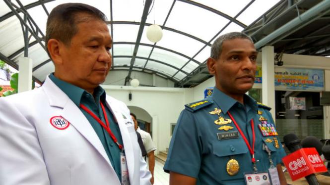 Kepala Rumah Sakit Angkatan Laut (RSAL) Minto Hardjo Kolonel Wiweka (kiri)