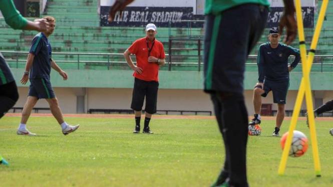 Pelatih Timnas Indonesia, Alfred Riedl memimpin latihan