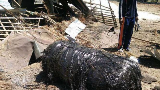 Benda mencurigakan jatuh di Kepulauan Giliraja, Kecamatan Giligenting, Kabupaten Sumenep, Madura, Jawa Timur, pada Senin 26 September 2016.