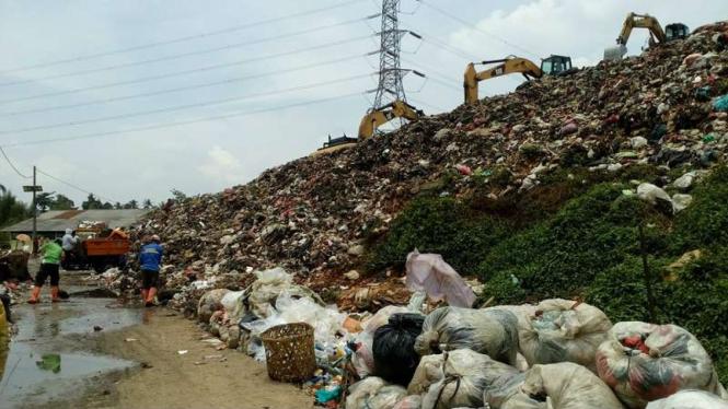 Para pekerja dan pemulung di salah satu lokasi pembuangan sampah.