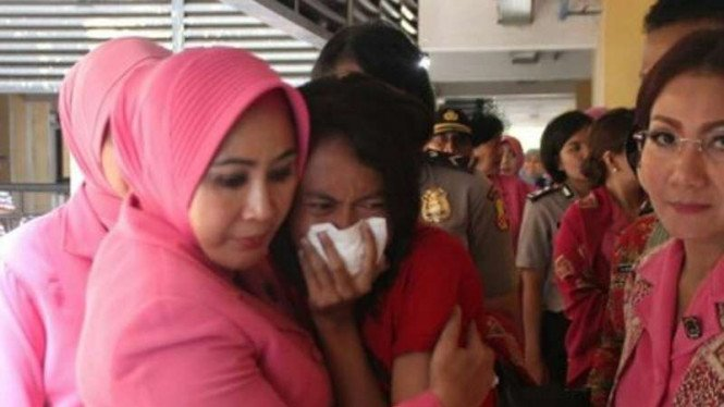 Tri Suswati Karnavian memeluk korban banjir bandang Garut.
