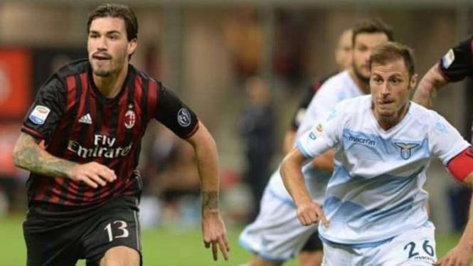Pemain bertahan AC Milan, Alessio Romagnoli (kiri)