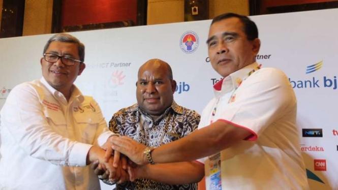 Gubernur Papua, Lukas Enembe (tengah)