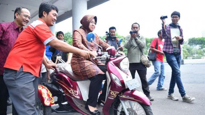 Wali Kota Surabaya, Tri Rismaharini mencoba motor untuk disabilitas