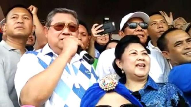 SBY dan istri menyanyi untuk Agus Harimurti di HI.