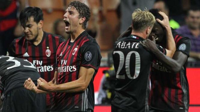 Pemain AC Milan, Manuel Locatelli (ketiga dari kanan), usai cetak gol.