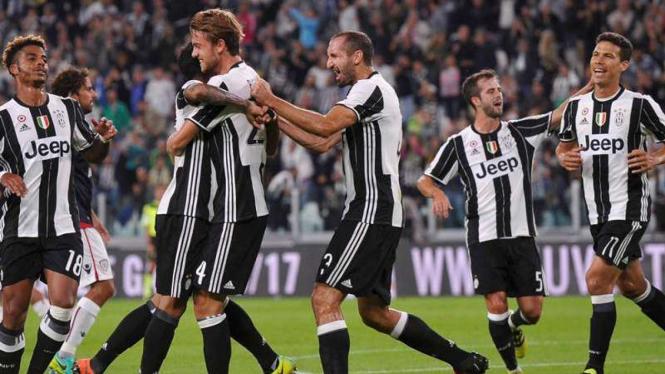 Para pemain Juventus merayakan kemenangan