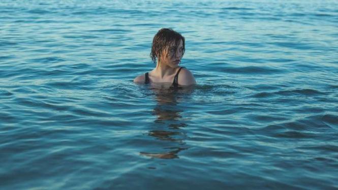 Ilustrasi wanita berenang