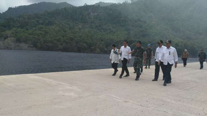 Presiden Jokowi meninjau lokasi yang akan dijadikan pangkalan militer di Natuna