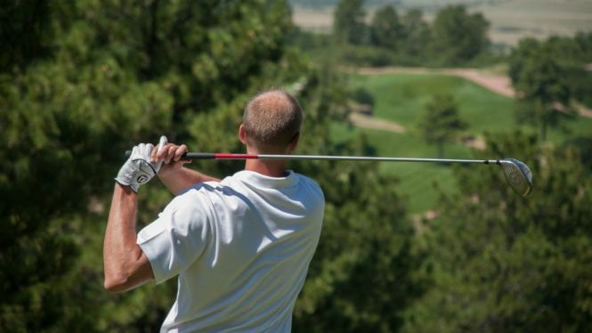 Ilustrasi orang bermain golf.