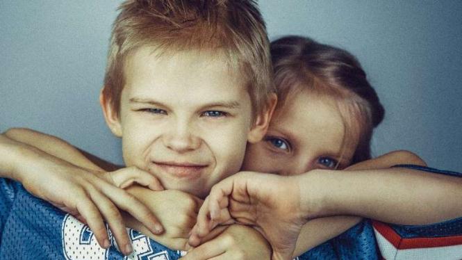 Ilustrasi kakak dan adik.