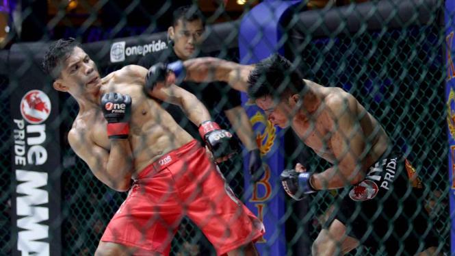 Aep Saepudin (hitam) saat melakoni duel One Pride MMA.