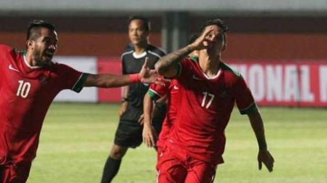 Pemain Timnas Indonesia, Irfan Bachdim (kanan), merayakan gol