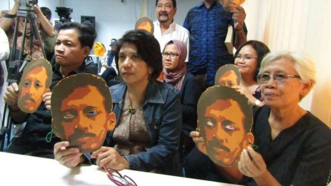 Suciwati (berjaket biru), istri dari almarhum Munir Said Thalib, aktivis HAM yang dibunuh pada 12 tahun lalu