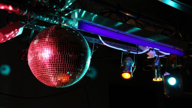 Ilustrasi diskotek atau kelab malam.