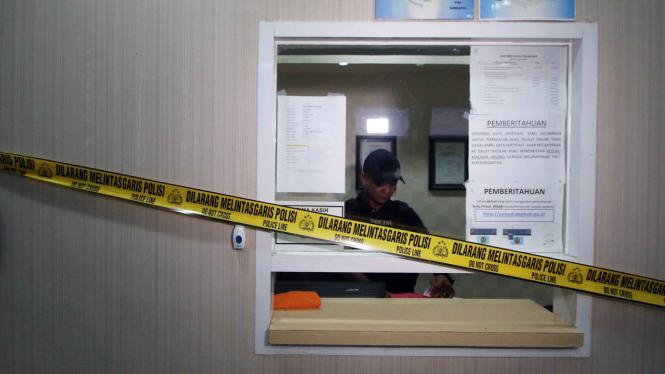 Tim Operasi Pembarantasan Pungli saat melakukan penggeledahan di Kantor Kementerian Perhubungan.