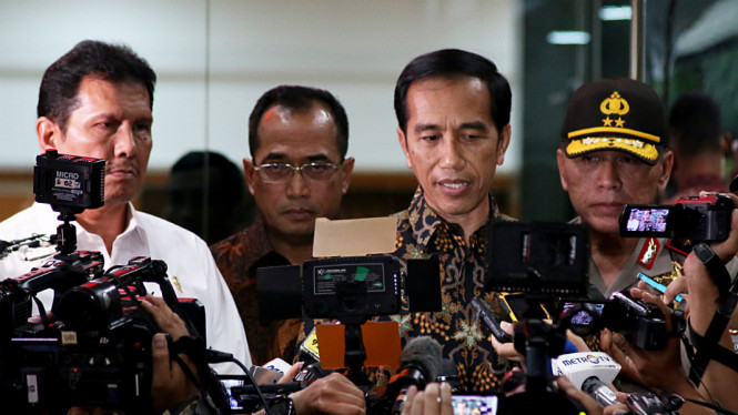 Presiden Joko Widodo, Menteri Perhubungan Budi Karya Sumadi, Kapolda Metro Jaya Irjen Pol M. Iriawan saat meninjau lokasi Operasi Tangkap Tangan (OTT) di Kementerian Perhubungan, Jakarta, Selasa (11/10).