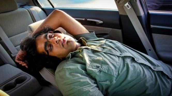 Ilustrasi tidur di dalam mobil.