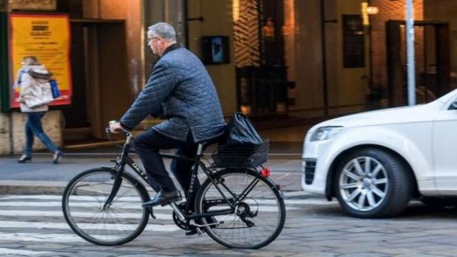 Bersepeda ke kantor.