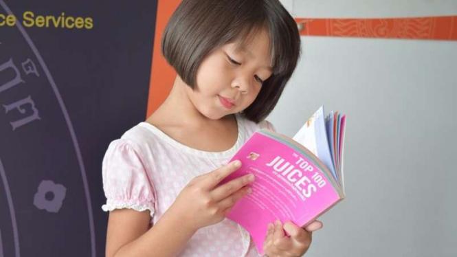 Anak membaca.