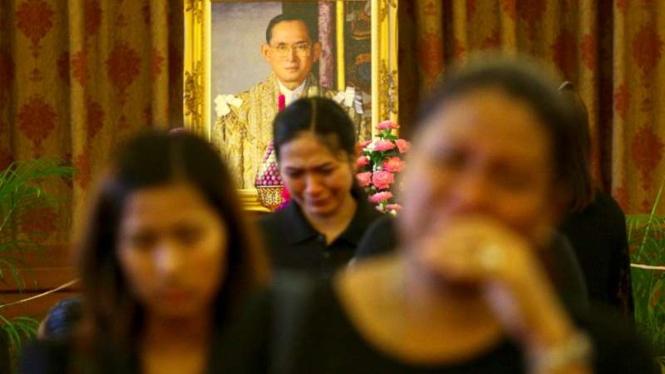 Rakyat Thailand berduka setelah Raja Bhumibol Adulyadej wafat Oktober 2016.