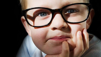 Anak berkacamata.