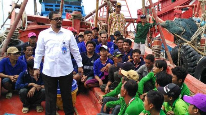Aparat RI menahan kapal penangkap ikan berbendera Malaysia beserta para awak setelah mereka ketahuan curi ikan.