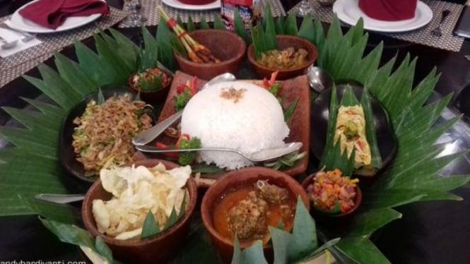 Tradisi Begibung di Lombok.