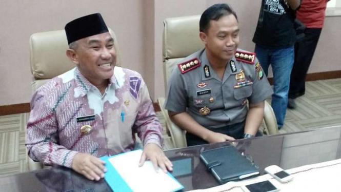 Wali Kota Depok, Idris Abdul Somad (kiri).