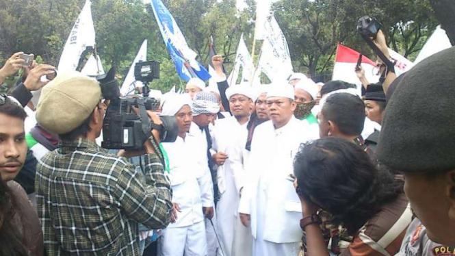 Massa demonstrasi di depan Balai Kota DKI Jakarta, Jumat, 14 Oktober 2016.