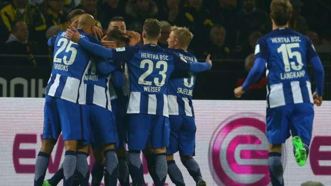 Pemain Hertha Berlin rayakan gol ke gawang Borussia Dortmund