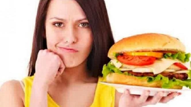 HIndari makanan yang merusak kulit wajah.