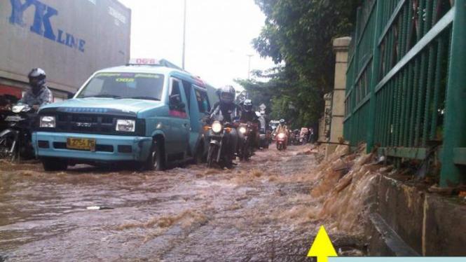 Banjir mengganggu pengendara motor.