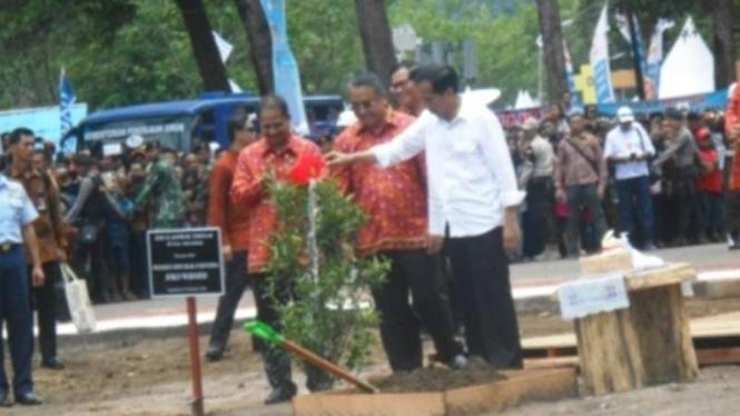 Presiden Jokowi membuka Sail Karimata 2016.