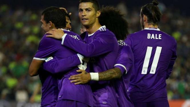Para pemain Real Madrid rayakan gol