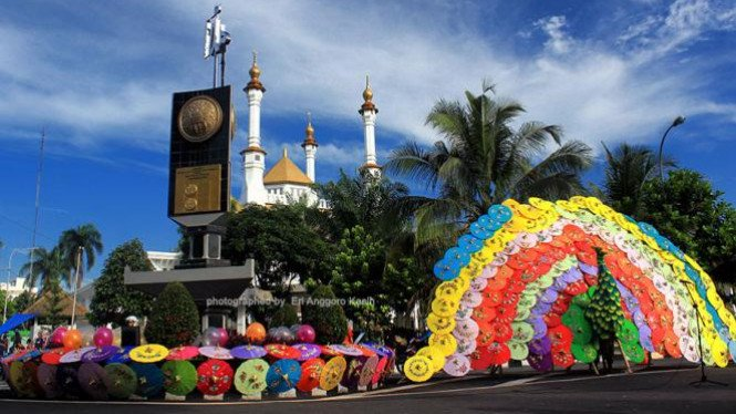 Ratusan payung cantik berbentuk Burung Merak menghiasi venue karnval.