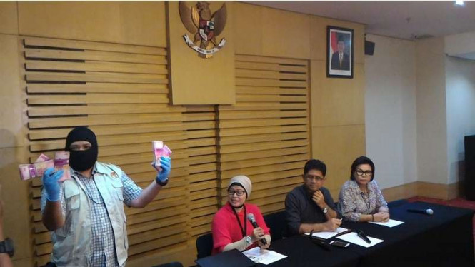 Penyidik KPK menunjukkan barang bukti hasil operasi tangkap tangan terhadap anggota DPRD Kebumen, Minggu (16/10/2016)