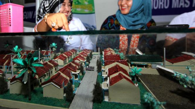 Pengunjung mengamati miniatur perumahan saat Pameran Rumah Rakyat.