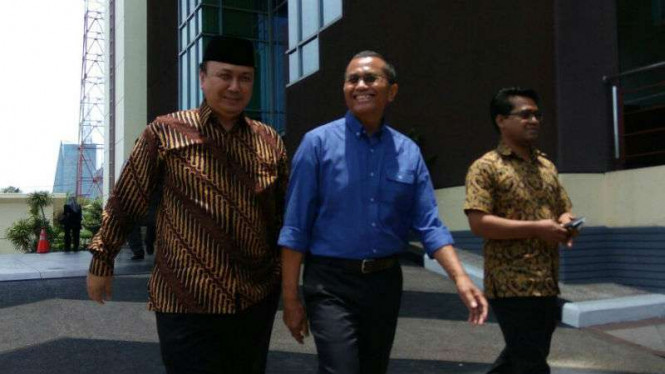Dahlan Iskan (tengah) saat beristirahat siang di sela-sela pemeriksaannya sebagai saksi kasus korupsi aset PT Panca Wira Usaha di kantor Kejaksaan Tinggi Jawa Timur.