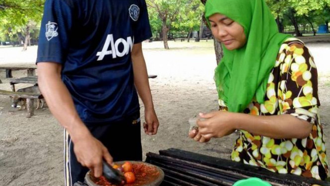 Masak-masak di Pantai Sukaer Laran, NTT.