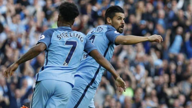 Pemain Manchester City, Raheem Sterling (kiri) dan Nolito (kanan)