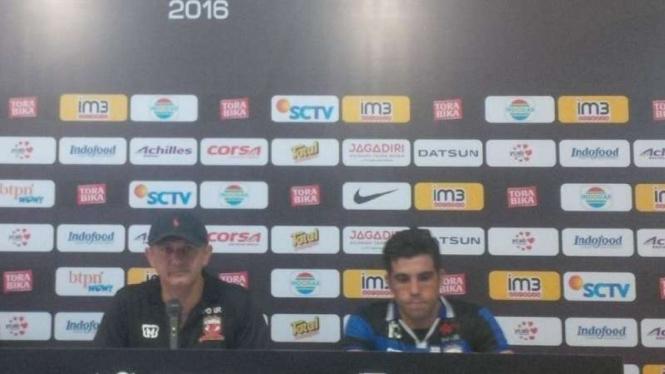 Pelatih Madura United, Mario Gomes de Olivera (kiri)