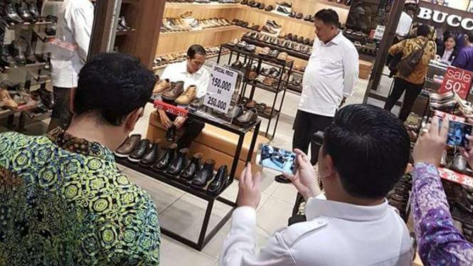 Presiden Joko Widodo mebeli sepatu berdiskon di Manado Town Square, Kota Manado, pada Selasa malam, 18 Oktober 2016.