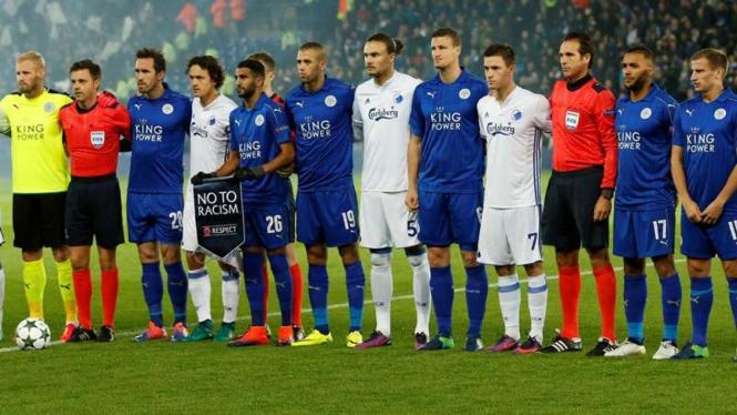 Pemain Leicester City dan Copenhagen foto bersama sebelum laga.
