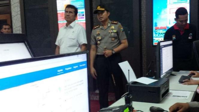 Menteri Pendayagunaan Aparatur Negara dan Birokrasi Reformasi, Asman Abnur (berkemeja putih), saat mengunjungi Markas Polres Bojonegoro di Jawa Timur pada Rabu, 19 Oktober 2016.