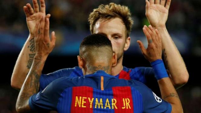 Striker Barcelona, Neymar rayakan gol bersama Ivan Rakitic