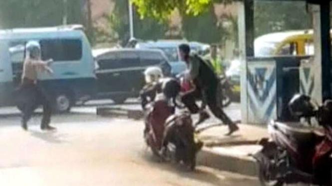 Pelaku penyerangan polisi di Pos Polisi Yuppentek, Tangerang Kota, Kamis, 20 Oktober 2016.